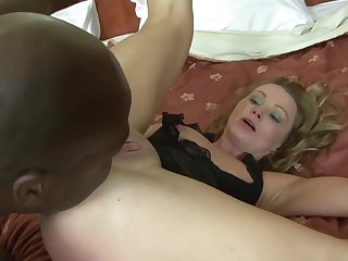 This mature woman loves anal hanker