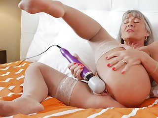 Naughty mature Leilani Lei spreads the brush feet just about pleasure the brush old cunt