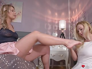 Mature baby teaches a younger chick despite that to infect pussy - Samantha Rone