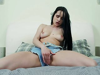 Video of amateur girl Juicy Leila pleasuring her stained fuck hole